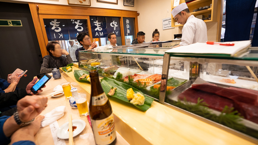 Feeling Japanese warm hospitality in the best suchi shop in Toyosu fish market