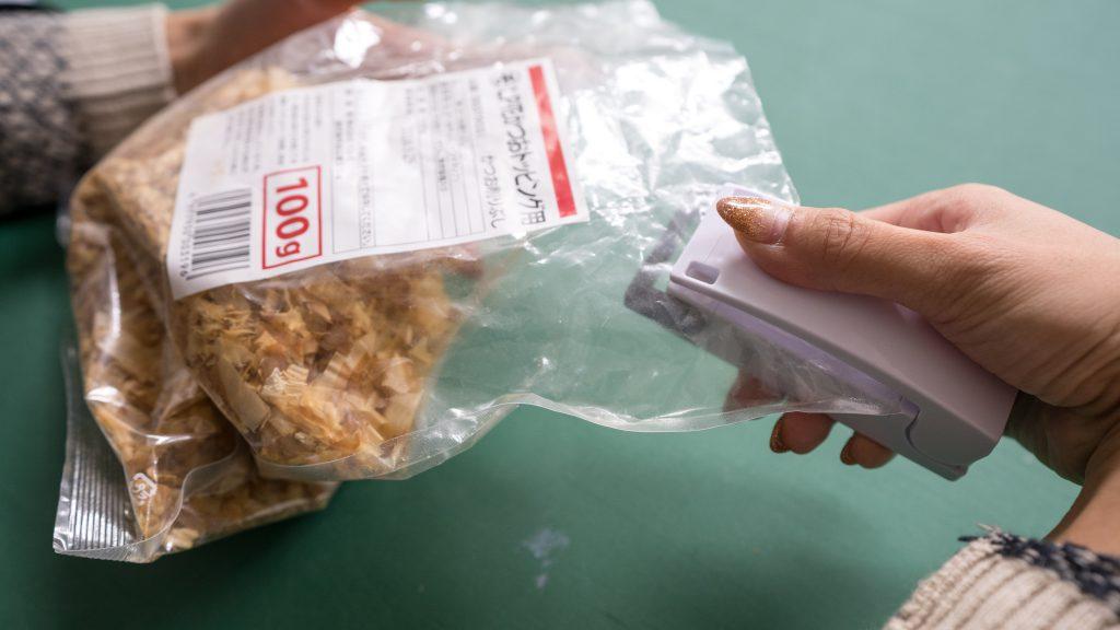 Using a daiso item: easysealer