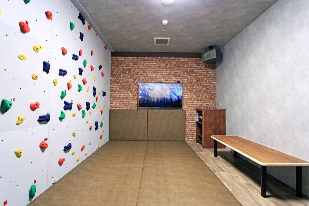 Bouldering room at Karaoke Jankara