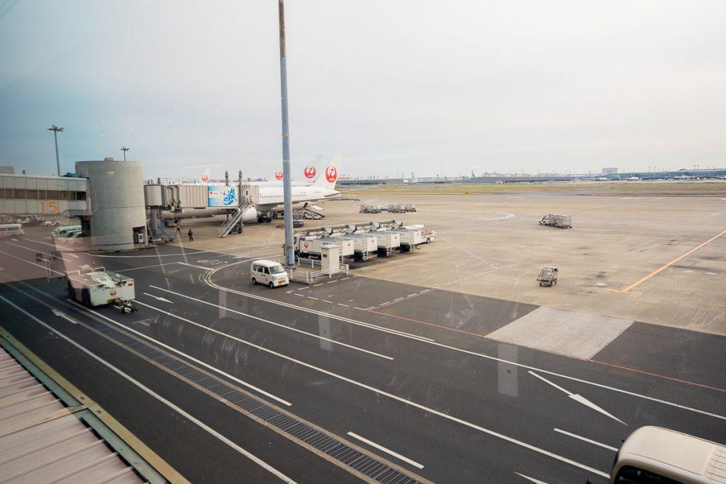 Landing airplanes at Haneda International Airport