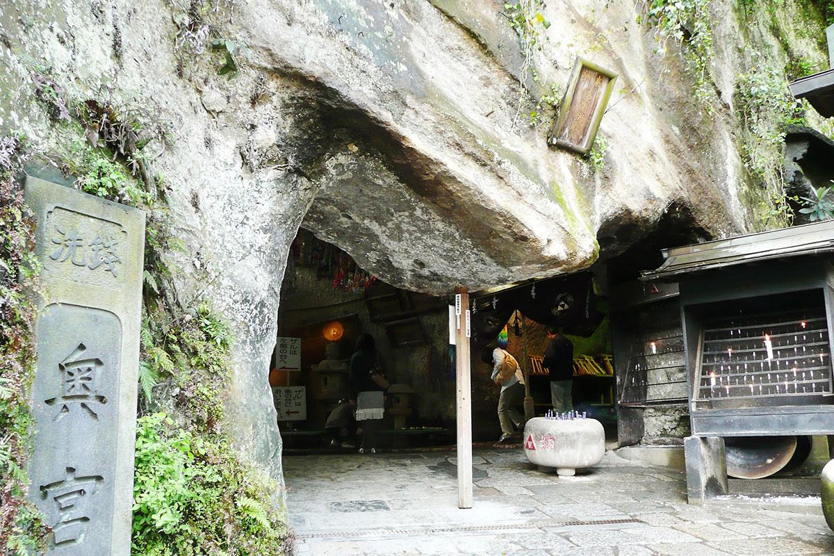 Zeniarai benzaiten Shrine